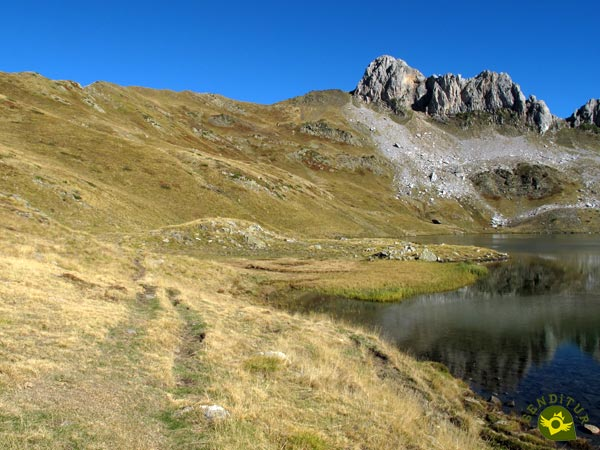 We go through the limits of the Pyrenean lake of Acherito