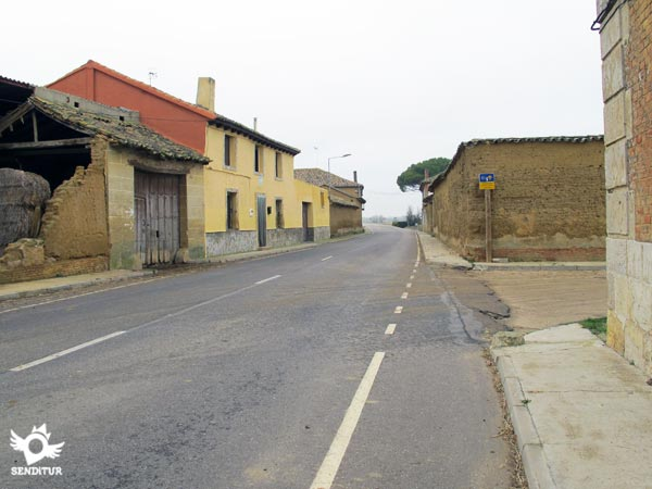 The variant arrives by the street on the right, joining the road with the usual route