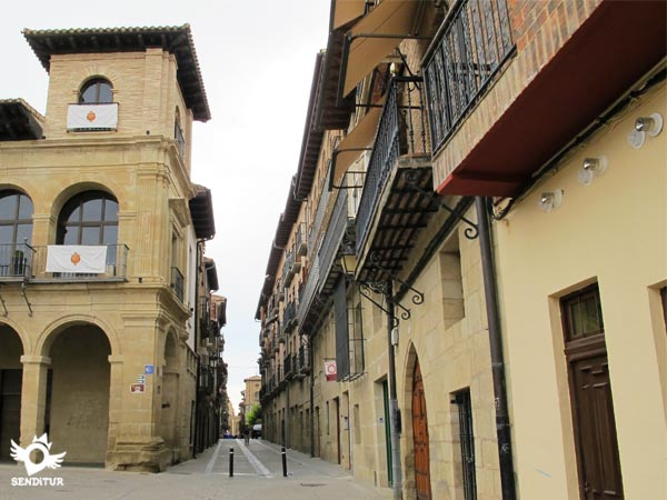 After a couple of turns through the streets of Viana we arrive at Rúa Santa María.