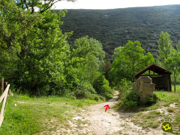 The route goes straight on, on the left you reach the hermitage