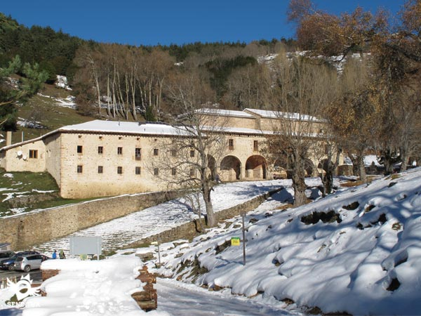 Hermitage of Lomos de Orios and beginning of the path down to Puente Ra.
