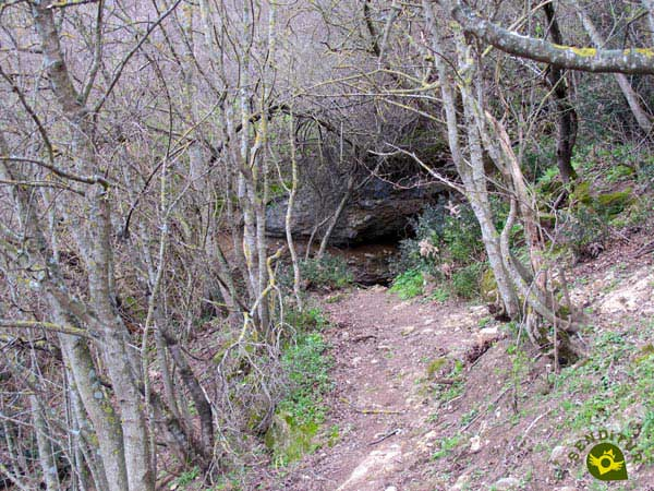 In front of us the entrance to Nuño Cave, the route continues to the right